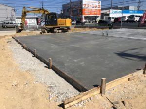 基礎を打ちコンクリートを入れていきます。